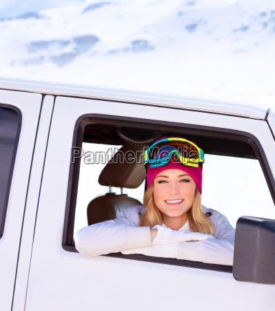 glueckliches maedchen im auto