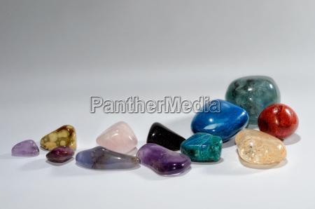 glaenzende halbedelsteine als design rahmen