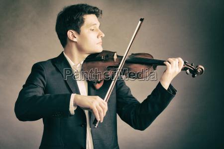 manngeiger der violine spielt klassische musik