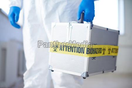 koffer mit biohazard