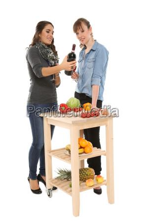 freundinnen trinken zusammen ein glas wein