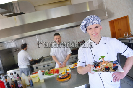 kuechenchef bereitet speisen zu