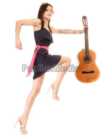 musikliebhaber sommer maedchen mit gitarre isoliert