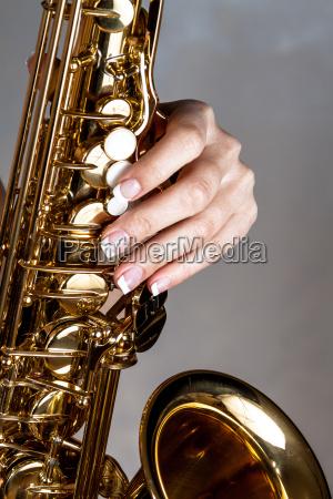 die hand am saxophon