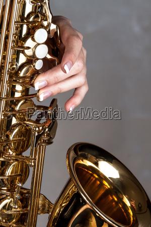 saxophon in frauenhand