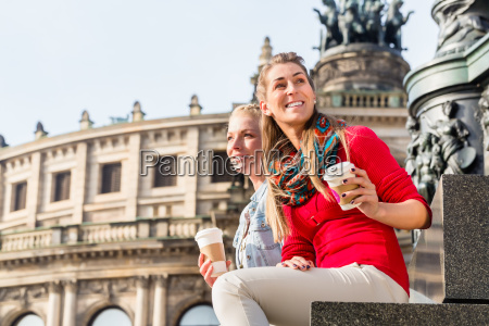 frauen vor semperoper in dresden