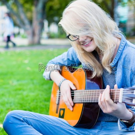 young people with guitar to make