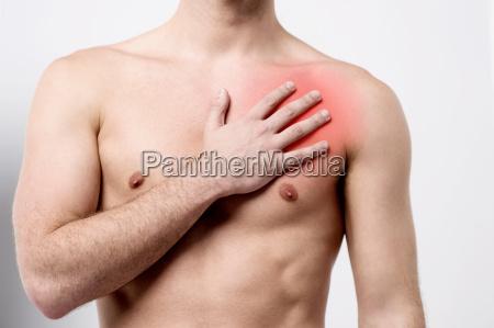 mann mit schmerzen in der brust