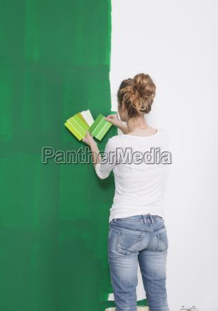 frau sucht gruenen farbton aus