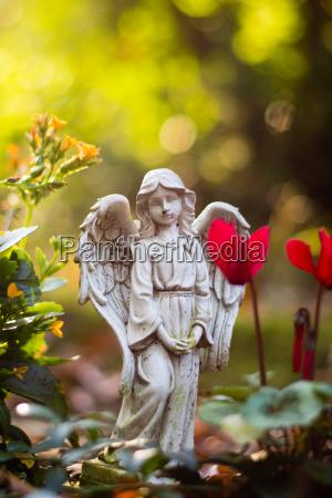 engelsfigur auf friedhof