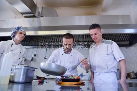 kuechenchef bereitet essen zu