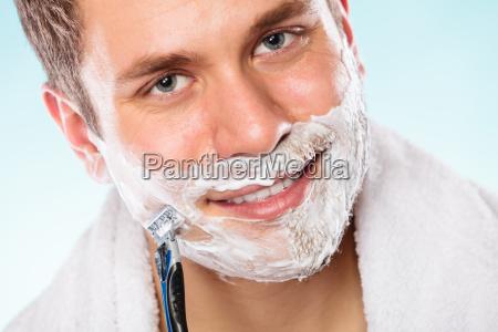 schoener mann rasur mit rasiermesser