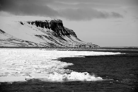 schwarze und weisse klippen im arktischen