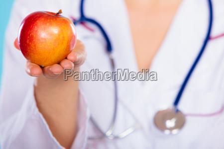 ernaehrungswissenschaftler halteapfelfrucht in der hand