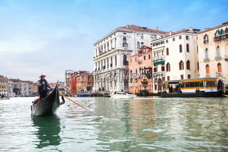 gondel segeln im italienischen wasserkanal