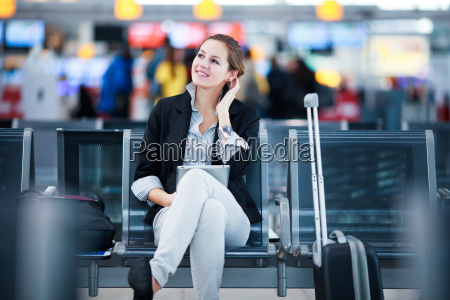 junge weibliche passagiere am flughafen mit