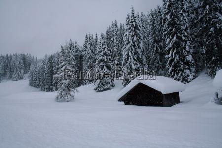 berghuette mitten im schnee