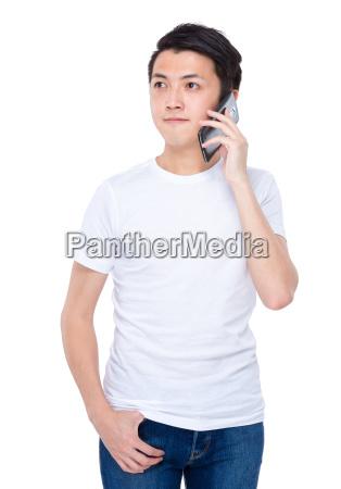 man spricht mit telefon