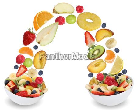 fliegender fruchtsalat mit fruechte wie orange