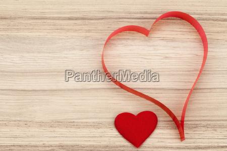valentinstag papier herzen auf einem hoelzernen