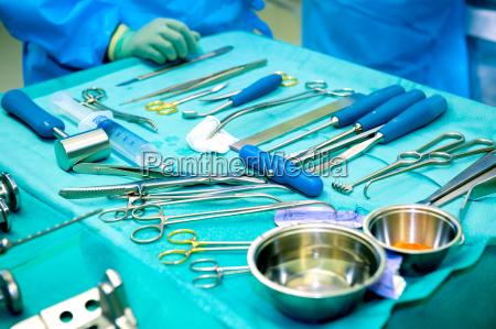 chirurgen die an einem patienten