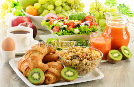 fruehstueck mit kaffee saft croissant salat