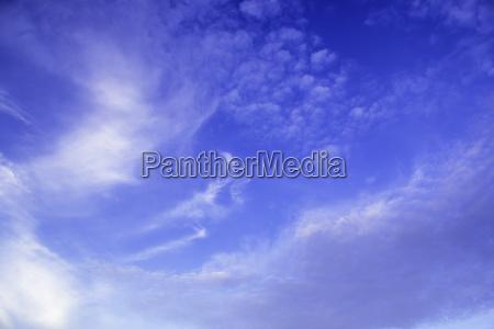 schoener hintergrund des blauen himmels