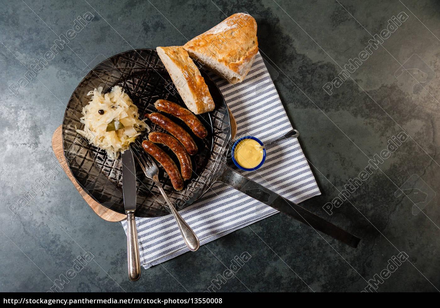 rostbratwürste, mit, sauerkraut, in, einer, pfanne - 13550008