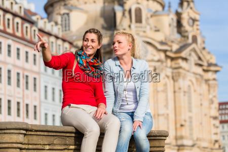 freudinnen vor frauenkirche in dresden