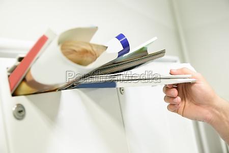 person die dokumente aus der mailbox