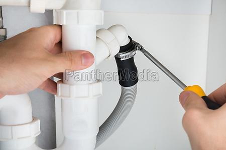 klempner reparatur von sink im badezimmer