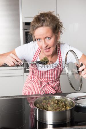 frau kocht gruenkohl