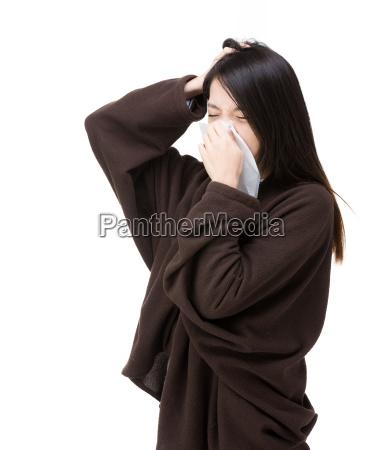 asien frau niesen und kopfschmerzen
