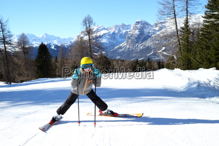 maedchen an der skiabfahrt