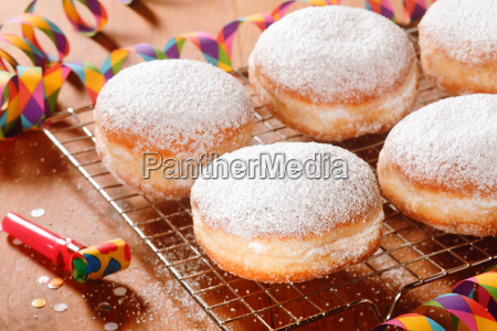 close up delicious doughnuts mit puderzucker