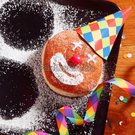 karneval krapfen auf tablett mit hut
