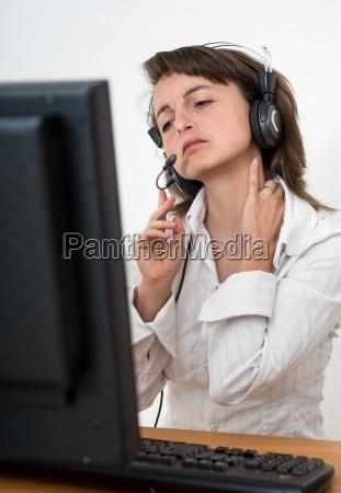 business frau mit nackenschmerzen