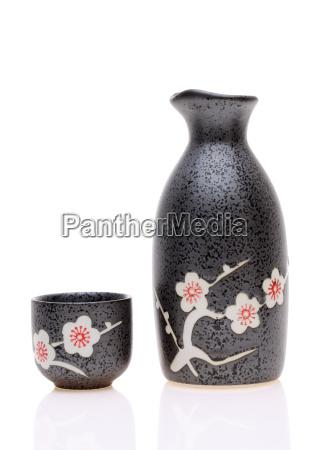 japanische sake becher und eine flasche