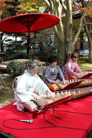 japanische frauen das traditionelle instrument spielen