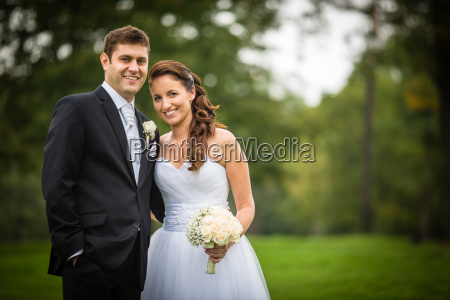 gerade geheiratet junge brautpaar in einem
