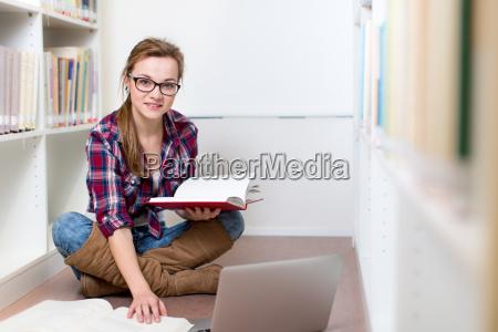 estudiante bonito femenino universitario en una