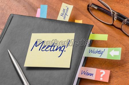 terminkalender mit haftnotiz meeting