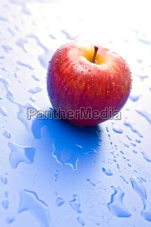 ein nassen roten apfel