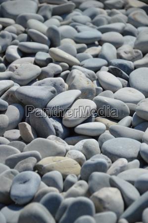 graue kieselsteine am strand