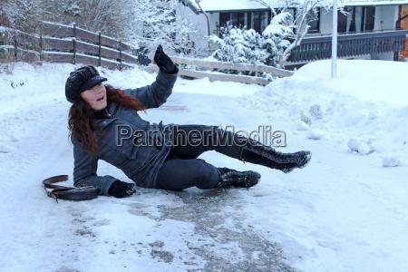 winterlicher unfall auf glatten strassen