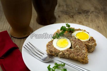 gebackener fleischlaib mit gekochten eiern zu