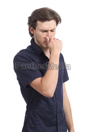 man haelt seine nase riechen gestank