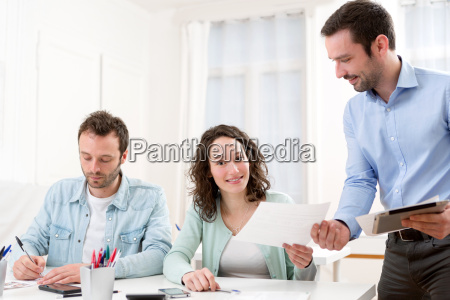 zwei praktikanten arbeiten zusammen unterstuetzt von