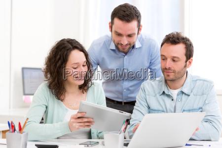 zwei praktikanten werk zusammen durch ihre