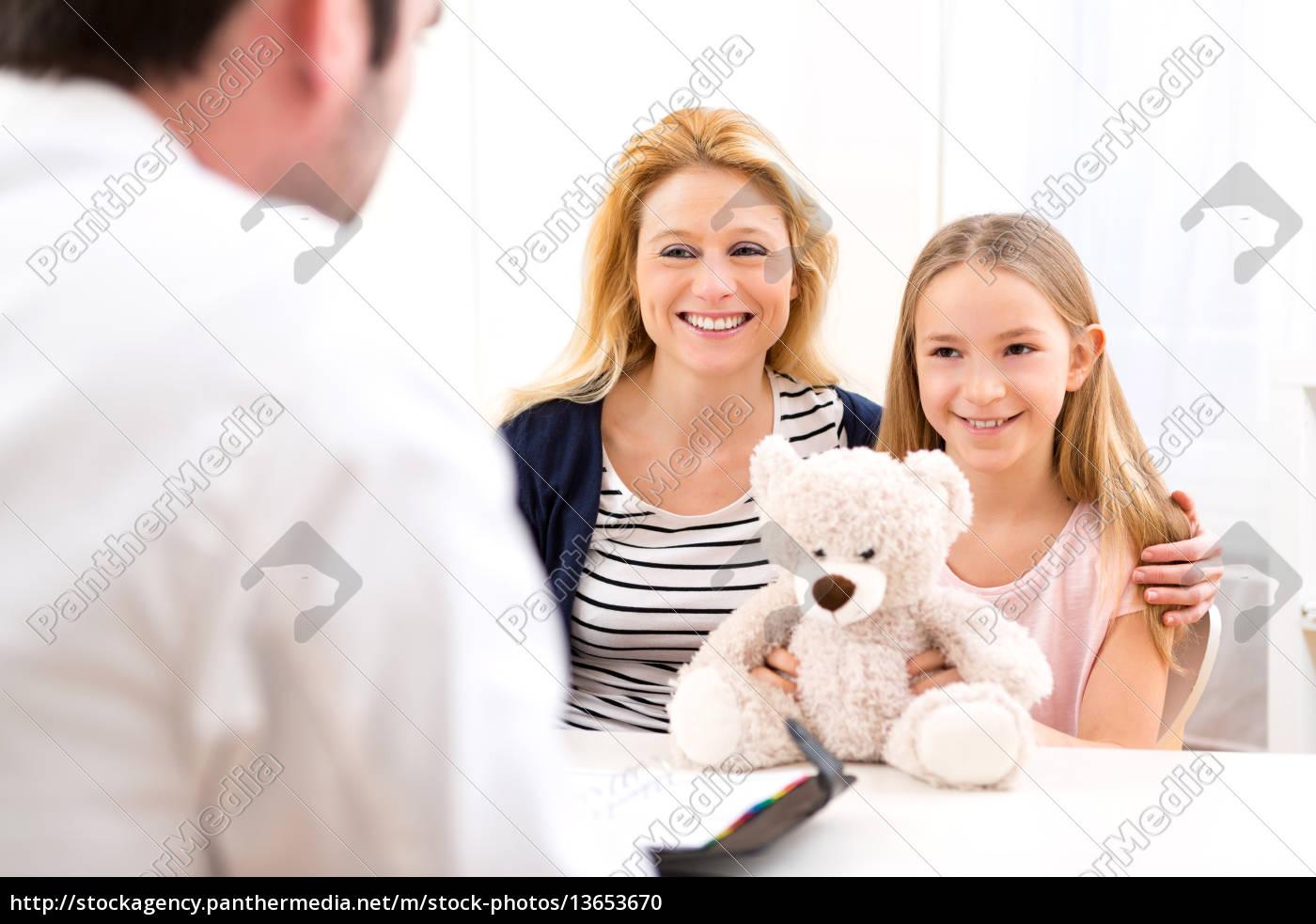 Kleines Mädchen Beim Arzt Mit Ihrer Mutter Stock Photo 13653670